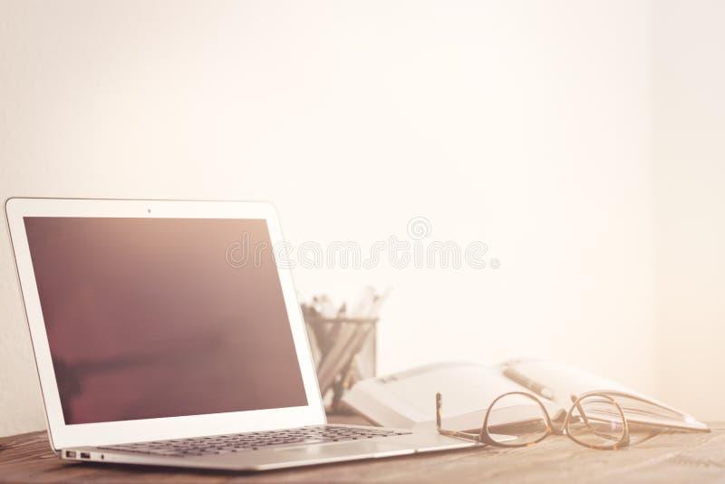 Рабочая зона с устройствами и канцелярскими принадлежностями стоковая фотография