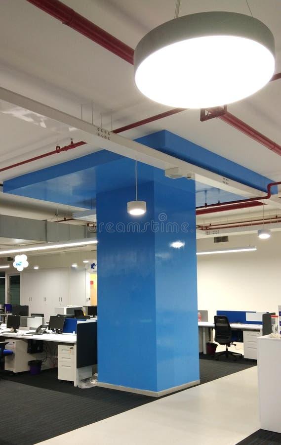 Рабочая станция с круглыми потолочными освещениями в компании информационной технологии стоковая фотография