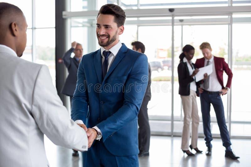 Рабочего класса чернокожий человек heartily радушный стоковые фото