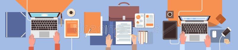 Рабочего места бизнесмены рук стола работая сыгранность офиса взгляда верхнего угла компьтер-книжки и планшета иллюстрация вектора