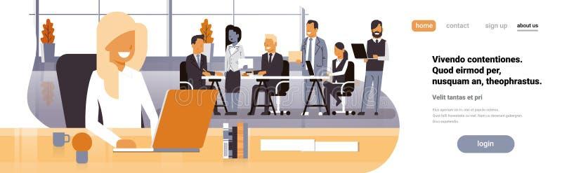 Рабочее место босса коммерсантки над бизнесменами группы встречи метода мозгового штурма команды сидя совместно обсуждать офиса иллюстрация вектора