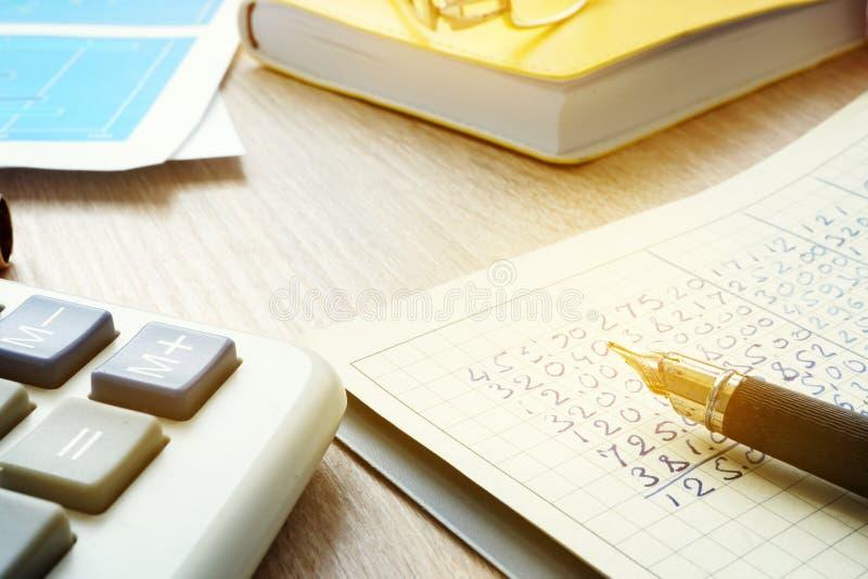 Рабочее место бухгалтера с калькулятором, документами бухгалтерии и гроссбухом стоковые изображения rf