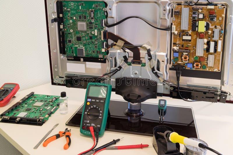Рабочее место инженера ремонта ТВ стоковые изображения