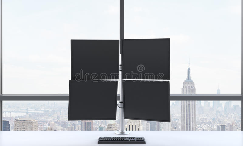 Рабочее место или станция современного торговца которое состоят из 4 экранов в офисе яркого современного открытого пространства п стоковое изображение rf