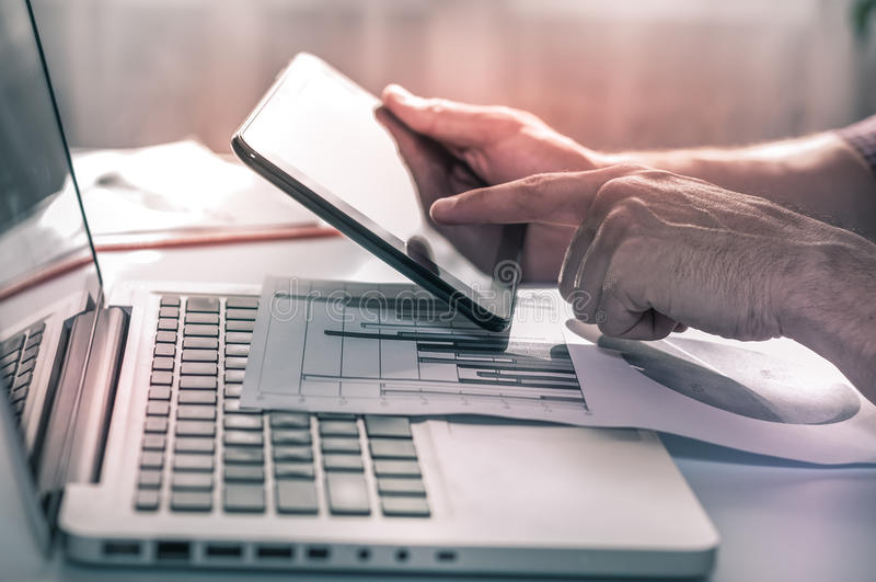 рабочее место компьтер-книжки окружающей среды вычислений бизнесмена финансовохозяйственное Наука данных Omnichannel стоковая фотография