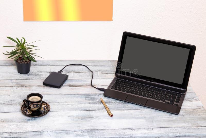 Рабочее место концепции современное Крупный план творческого рабочего места с ноутбуком модель-макета с пустыми серыми экраном и  стоковые фотографии rf
