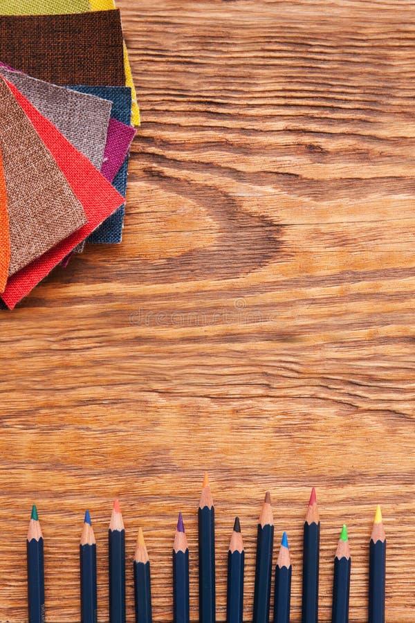 Рабочее место модельера Карандаши и ткани стоковая фотография rf
