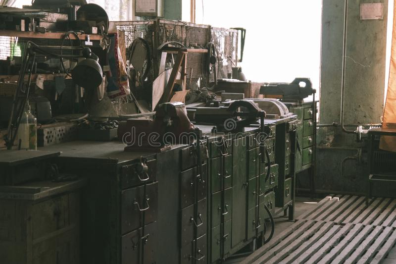 Рабочее место на старой получившейся отказ фабрике стоковые изображения