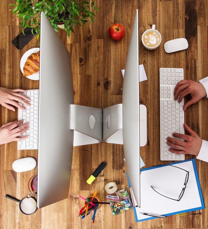 Рабочее место офиса с деревянным столом стоковое изображение