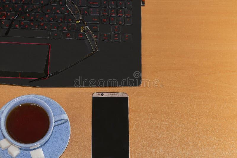 Рабочее место офиса с открытой компьтер-книжкой на деревянном столе стоковое фото rf