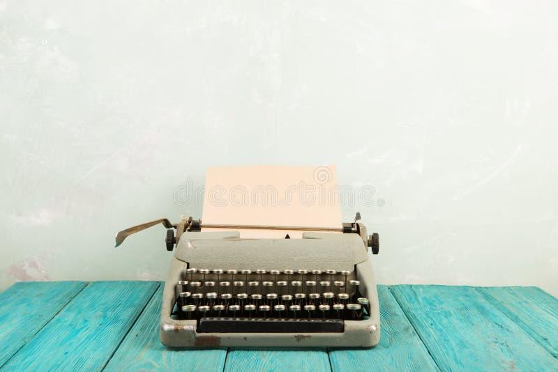 рабочее место писателя - деревянный стол с машинкой стоковые изображения rf