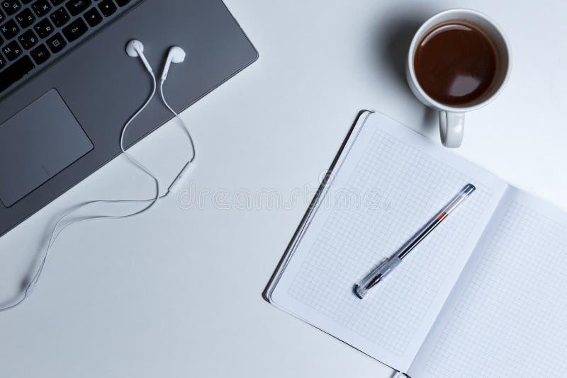 Рабочее место с взглядом сверху ноутбука стоковое фото