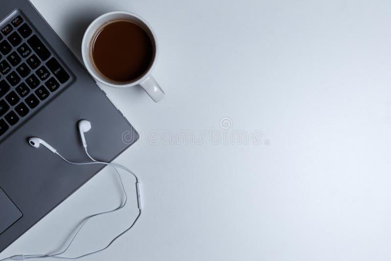 Рабочее место с взглядом сверху ноутбука на белой предпосылке стоковое изображение
