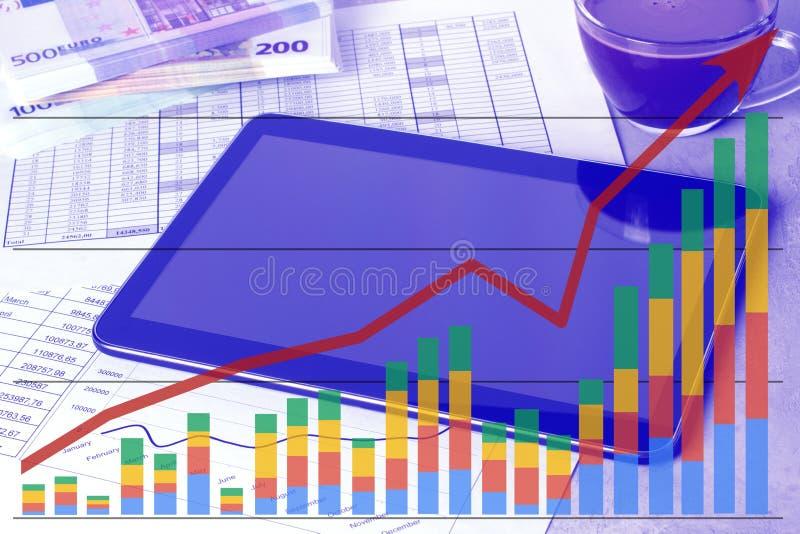 Рабочее место с планшетом и графиками состояния запасов Таблица работы бухгалтера иллюстрация штока
