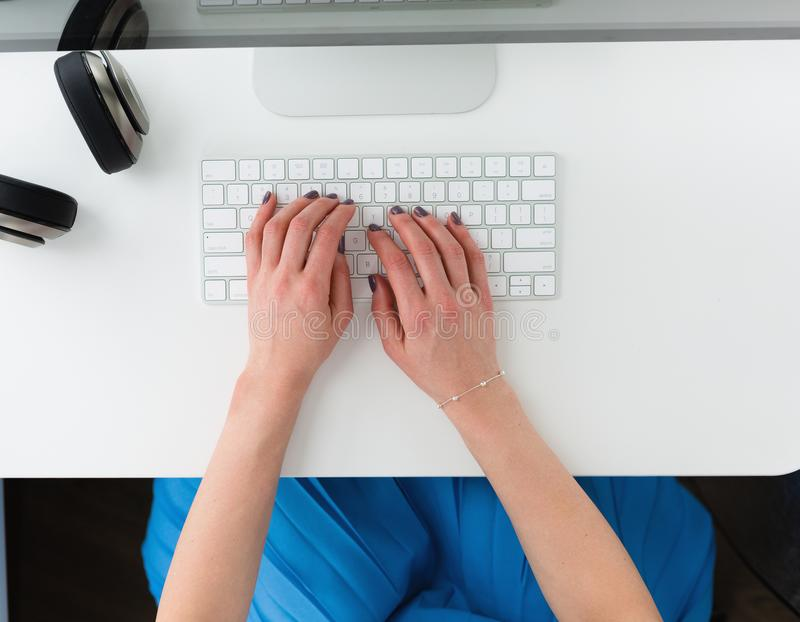 Рабочее место с руками женщины сверху стоковые изображения rf