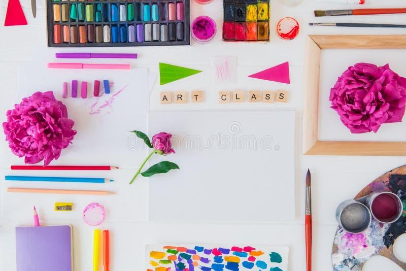 Рабочее место художника взгляда сверху творческое Пустая литерность холста, художественного класса на деревянных блоках и различн стоковое фото