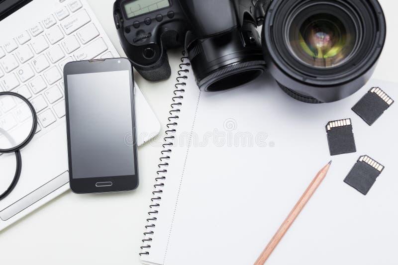 Рабочее место ` s фотографа - камера, оборудование фотографии, компьтер-книжка стоковая фотография rf
