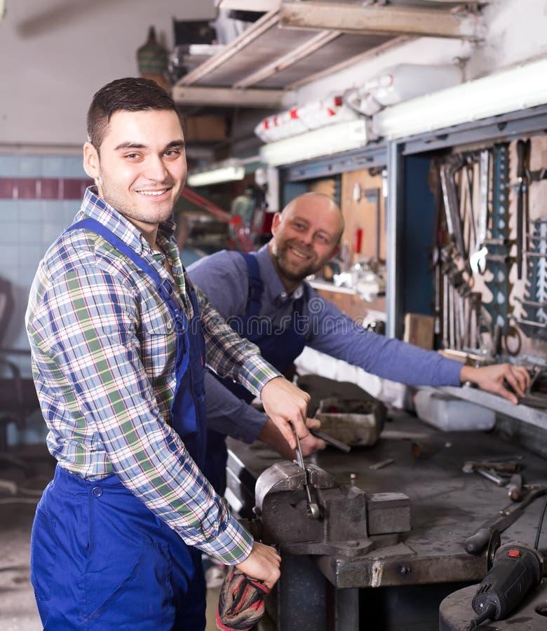 Рабочие классы в ремонтной мастерской стоковая фотография