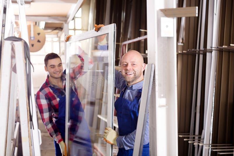 Рабочие классы с продукцией окон стоковое изображение