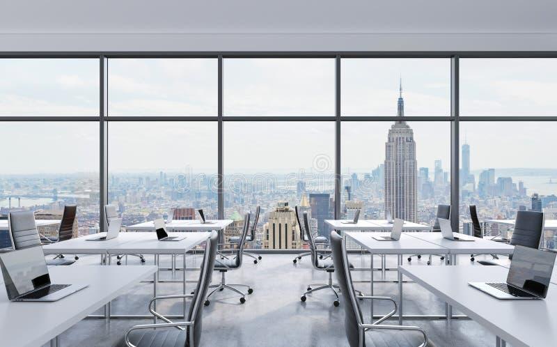 Рабочие места в современном панорамном офисе, взгляде Нью-Йорка от окон открытое пространство Белые таблицы и черные кожаные стул бесплатная иллюстрация