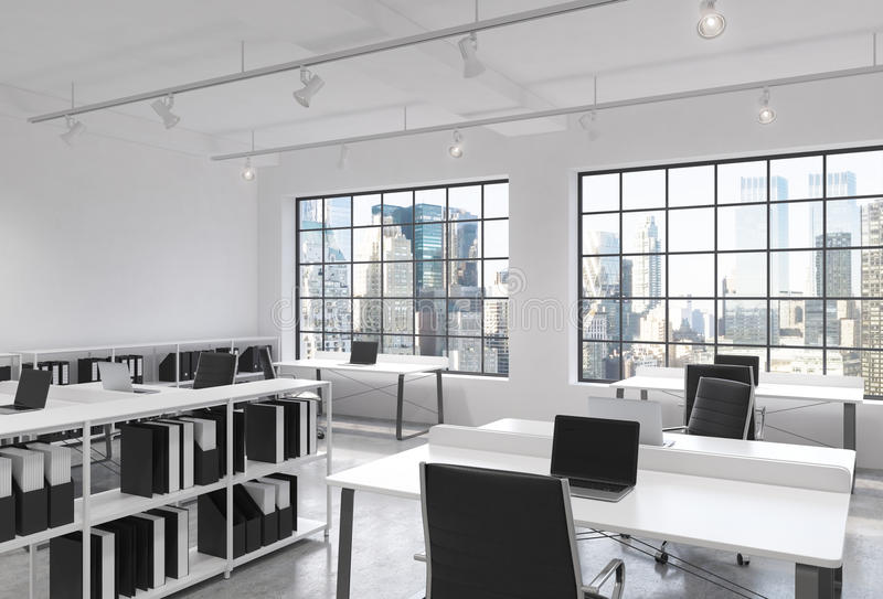 Рабочие места в ярком современном офисе открытого пространства просторной квартиры Таблицы оборудованные с компьтер-книжками; пол бесплатная иллюстрация