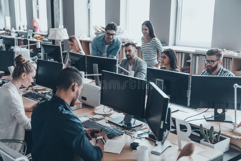 Рабочий день в офисе стоковое изображение rf
