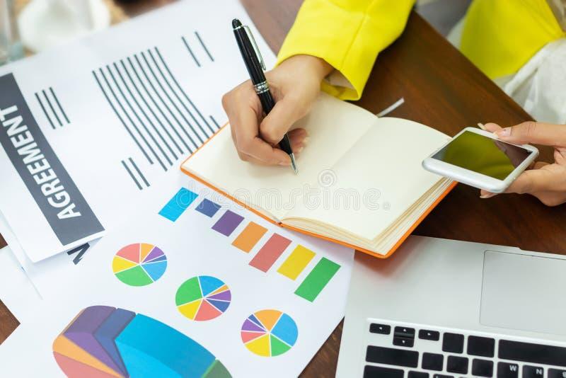 Рабочий план коммерсантки дело и анализ много диаграмма диаграммы на рабочем месте офиса стоковое фото