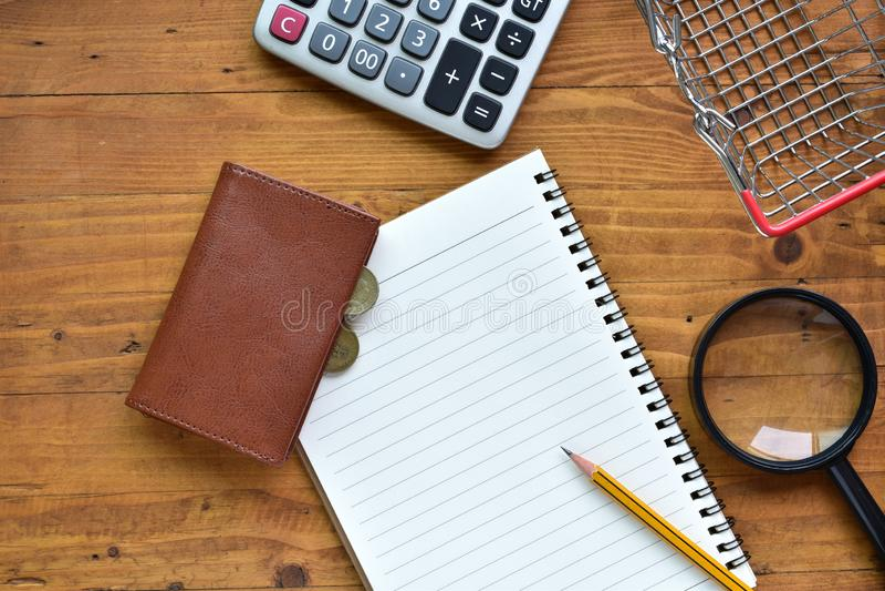 Рабочий стол верхнего вида для ежедневных расходов с копировальным пространством стоковые изображения