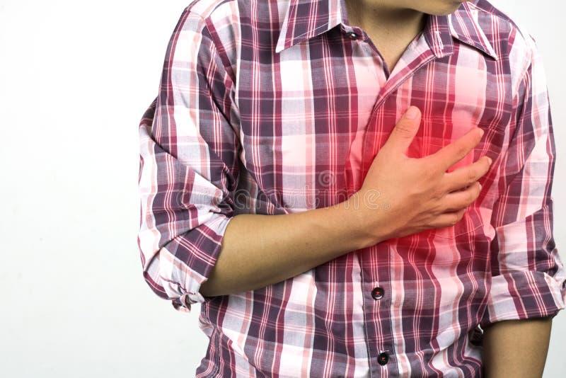 Рабочий-строитель имеет страдать от боли в груди, строгой боли сердца, нападения на белой предпосылке, концепции как healtcare, стоковая фотография rf