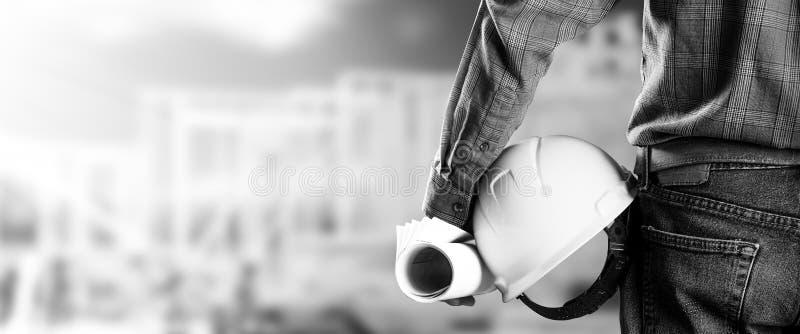 Рабочий-строитель/мастер на строительной площадке стоковые изображения