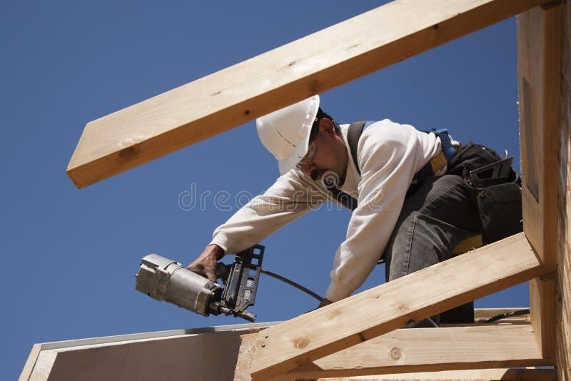 Рабочий-строитель на крыше стоковые фотографии rf