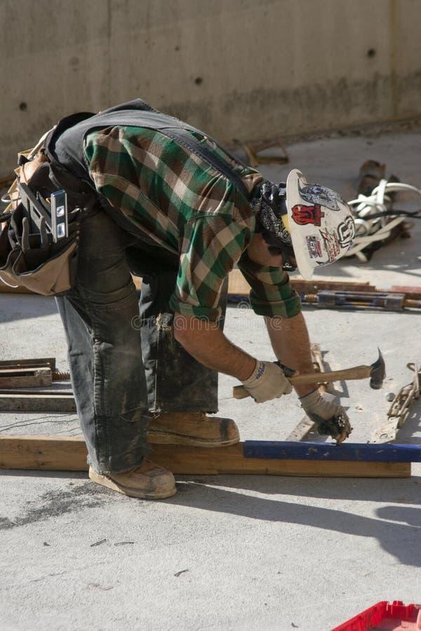 Download рабочий-строитель редакционное фото. изображение насчитывающей hammering - 18391156