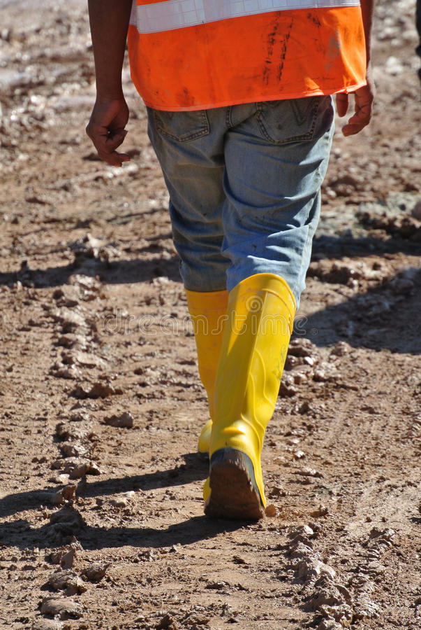 Рабочий-строители идя в строительную площадку стоковая фотография