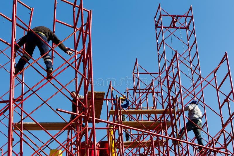 Рабочий-строители строя новую структуру в городе стоковое фото