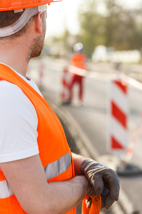 Рабочий-строитель в одеждах высоко-видимости стоковое изображение rf