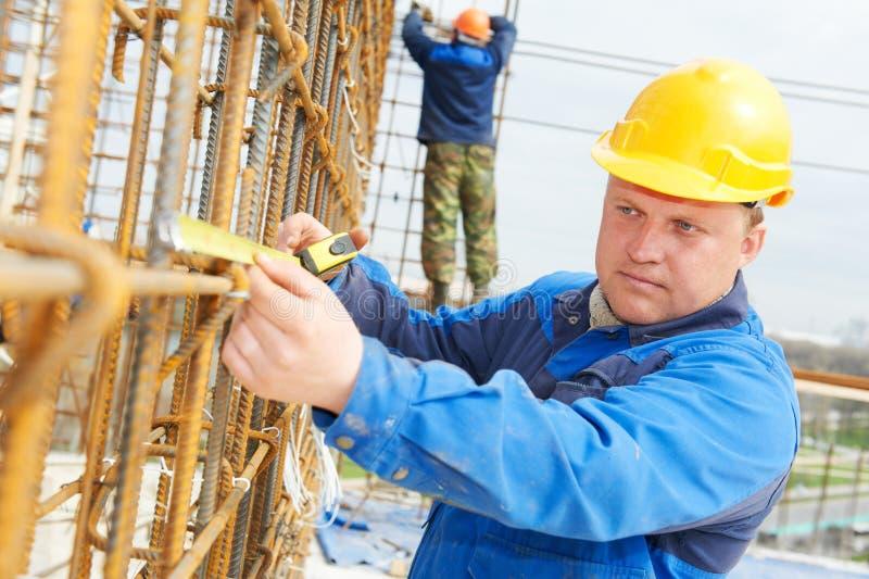 Рабочий-строитель делая подкрепление стоковое изображение rf