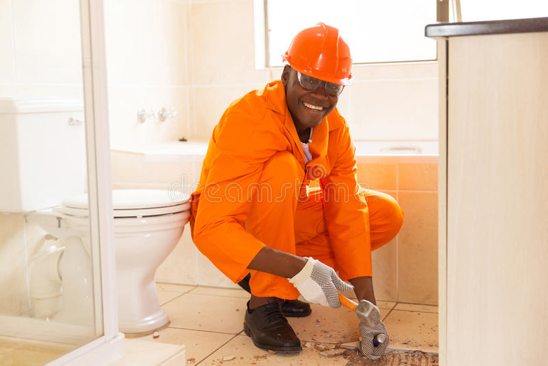 Рабочий-строитель извлекая плитки стоковые фотографии rf