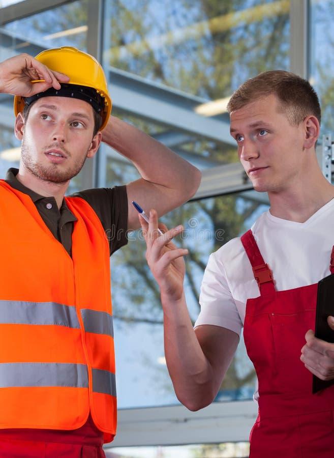 Рабочий-строитель и инженер стоковая фотография rf