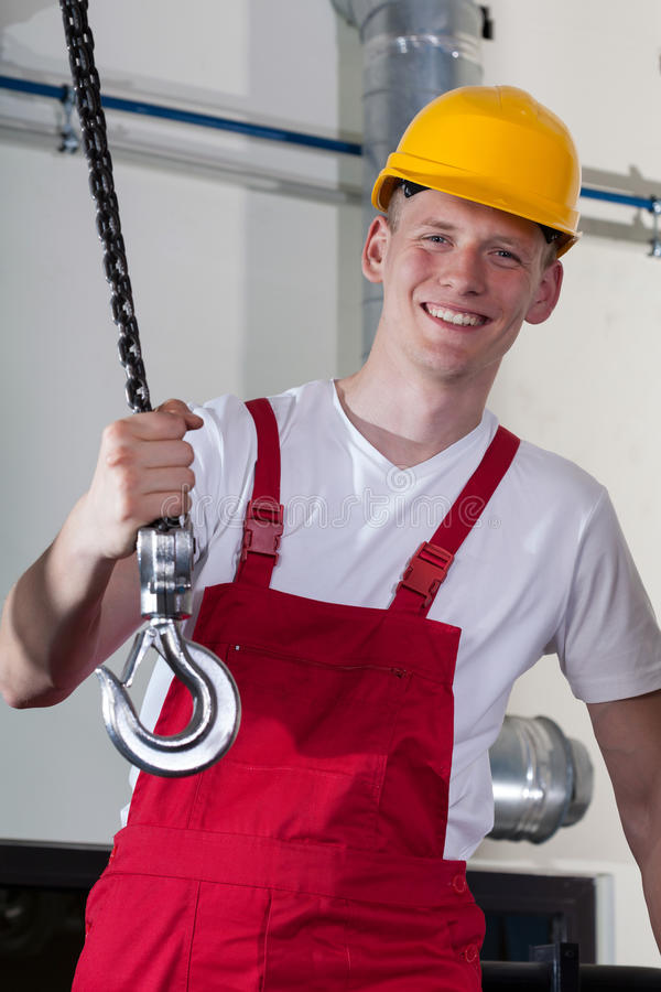 Рабочий-строитель и поднимаясь оборудование стоковая фотография rf