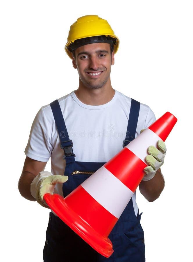 Рабочий-строитель обеспечивает безопасность на белой предпосылке стоковое изображение