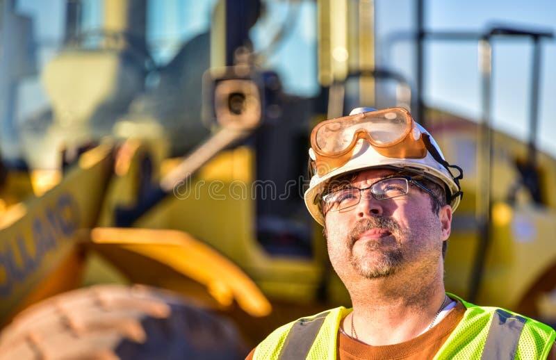 Рабочий-строитель смотря вверх стоковые изображения rf