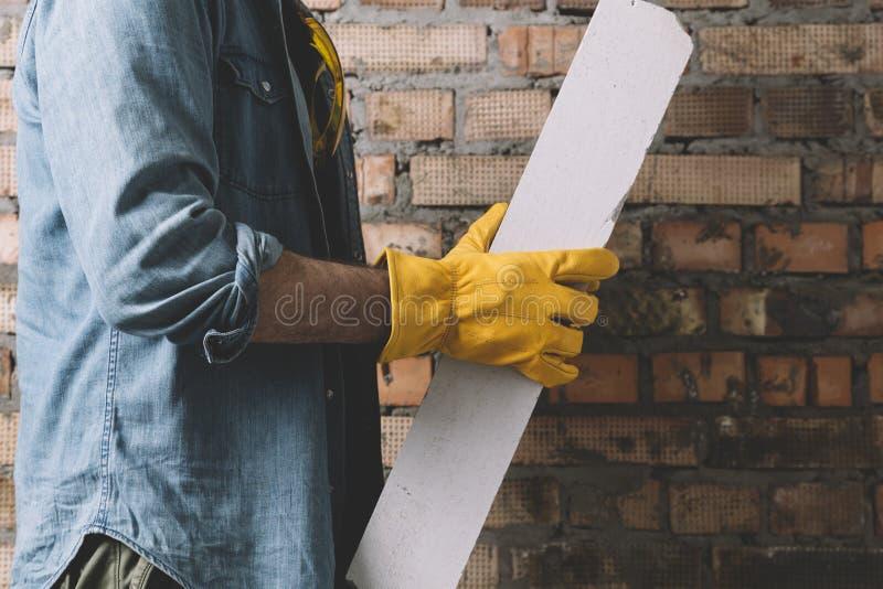 Рабочий-строитель с блоком стоковая фотография rf