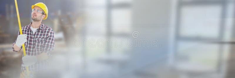 Рабочий-строитель с измеряя лентой перед строительной площадкой с переходной эффект стоковое изображение rf