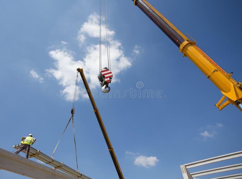 Рабочий-строитель с краном стоковые фото