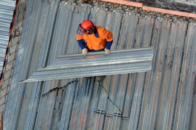 Рабочий-строитель Roofer в строительной площадке стоковое изображение rf