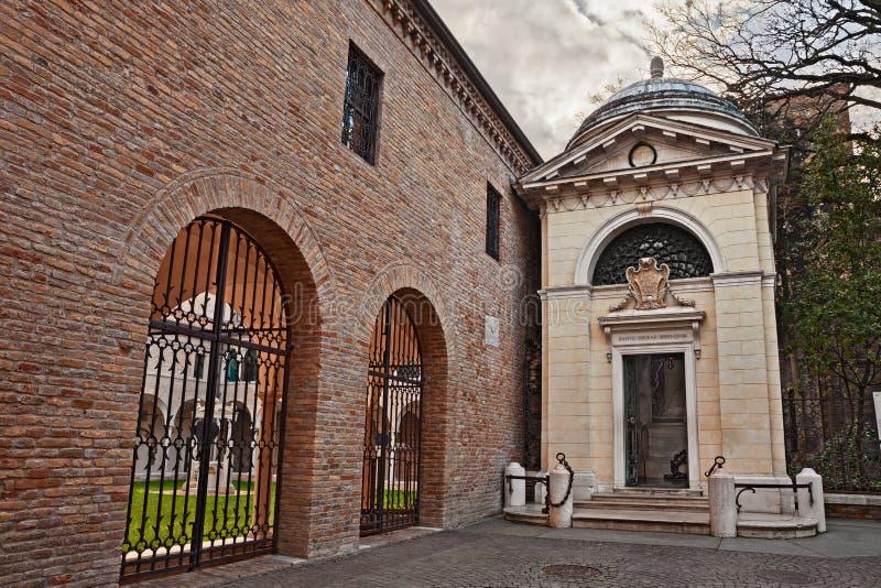 Равенна, Италия: усыпальница Данте Алигьери, итальянского поэта и wr стоковая фотография rf