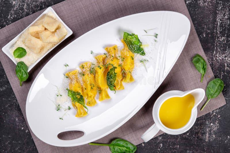 Равиоли с сыром и травами стоковое фото