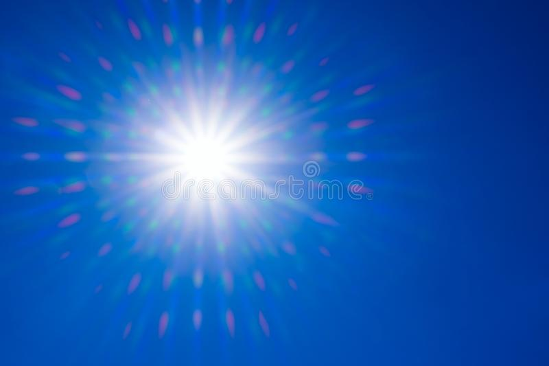 Радиация света Солнца природы платы за проезд объектива со спектром для предпосылки, фона, шаблона & обоев Яркое солнце светит на стоковые изображения rf