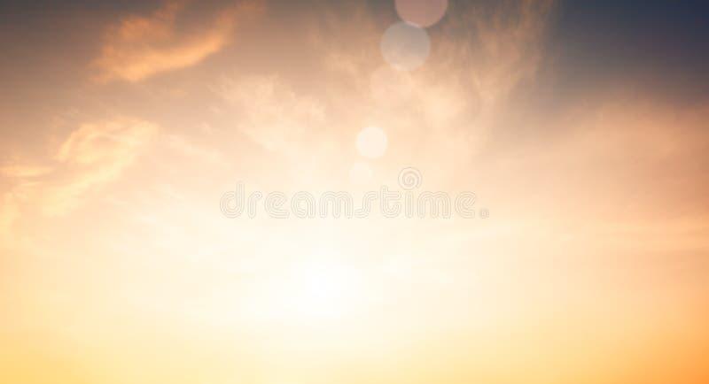 Радиация света Солнца природы платы за проезд объектива со спектром для предпосылки, фона, шаблона & обоев Яркое солнце светит на стоковое фото