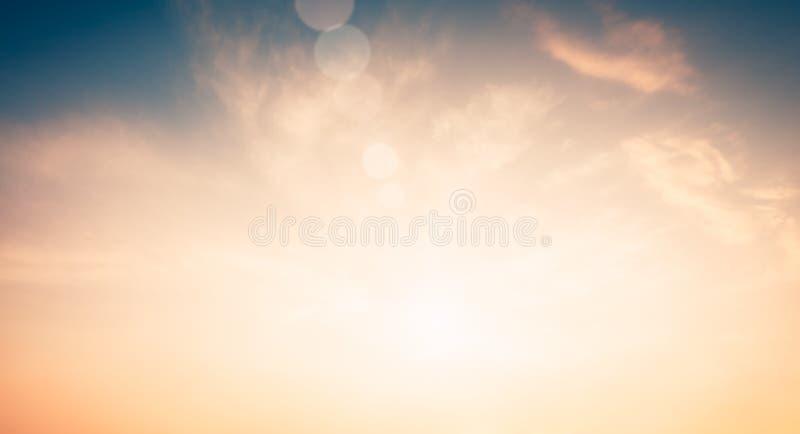 Радиация света Солнца природы платы за проезд объектива со спектром для предпосылки, фона, шаблона & обоев Яркое солнце светит на стоковые фотографии rf